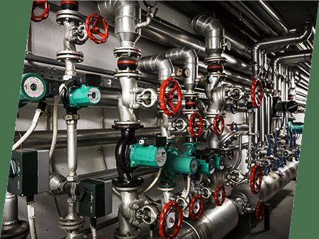 Photographie d'une grande installation de plomberie. ATCE Énergie, spécialisée dans les installations de chauffage, ventilation, climatisation et plomberie, à Aix en Provence.